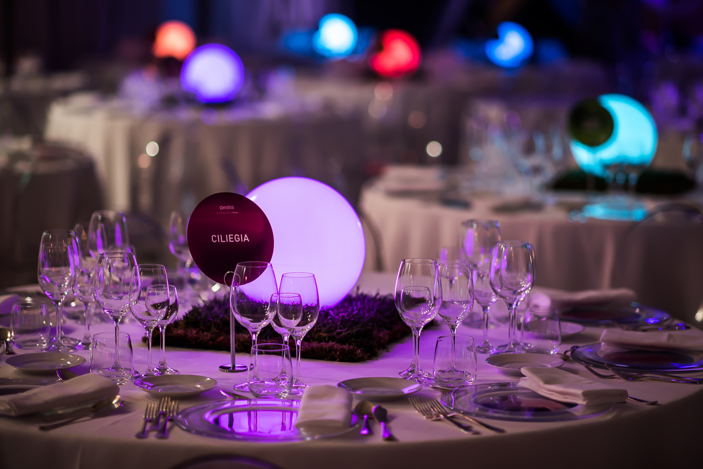 round tables for corporate event in rome with colored spheres