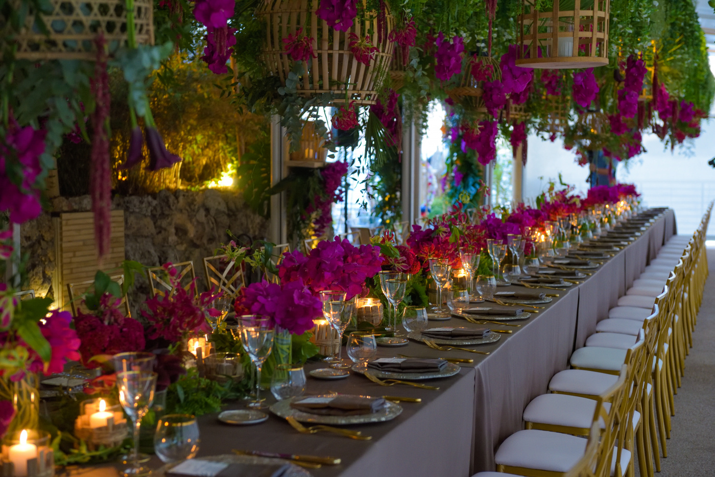 Long table with jungle theme and gold chairs for birthday in the south france