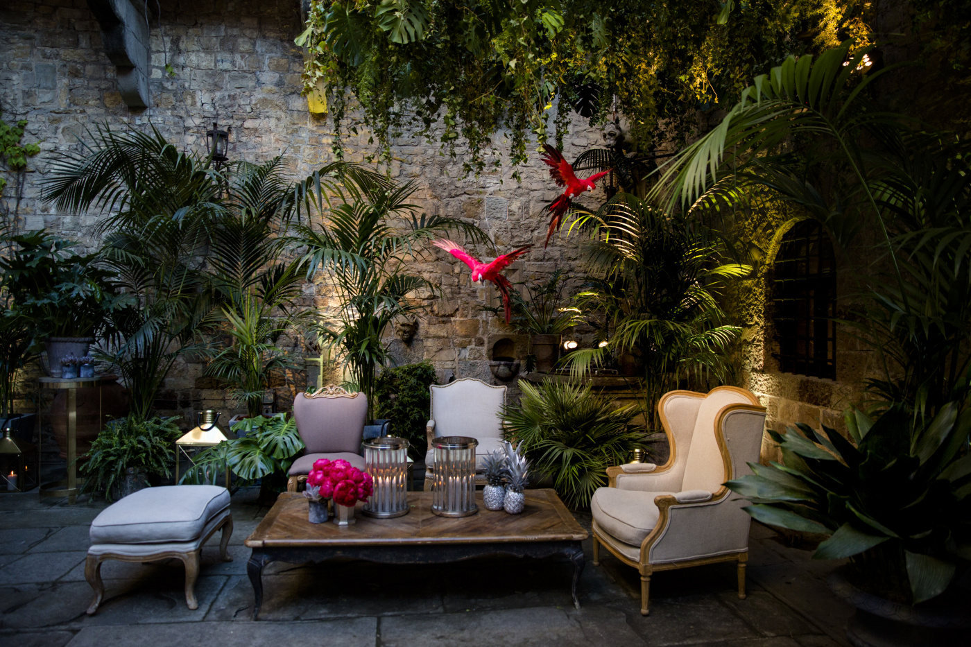 Lounge corner, plants, hanging greenery and parrots