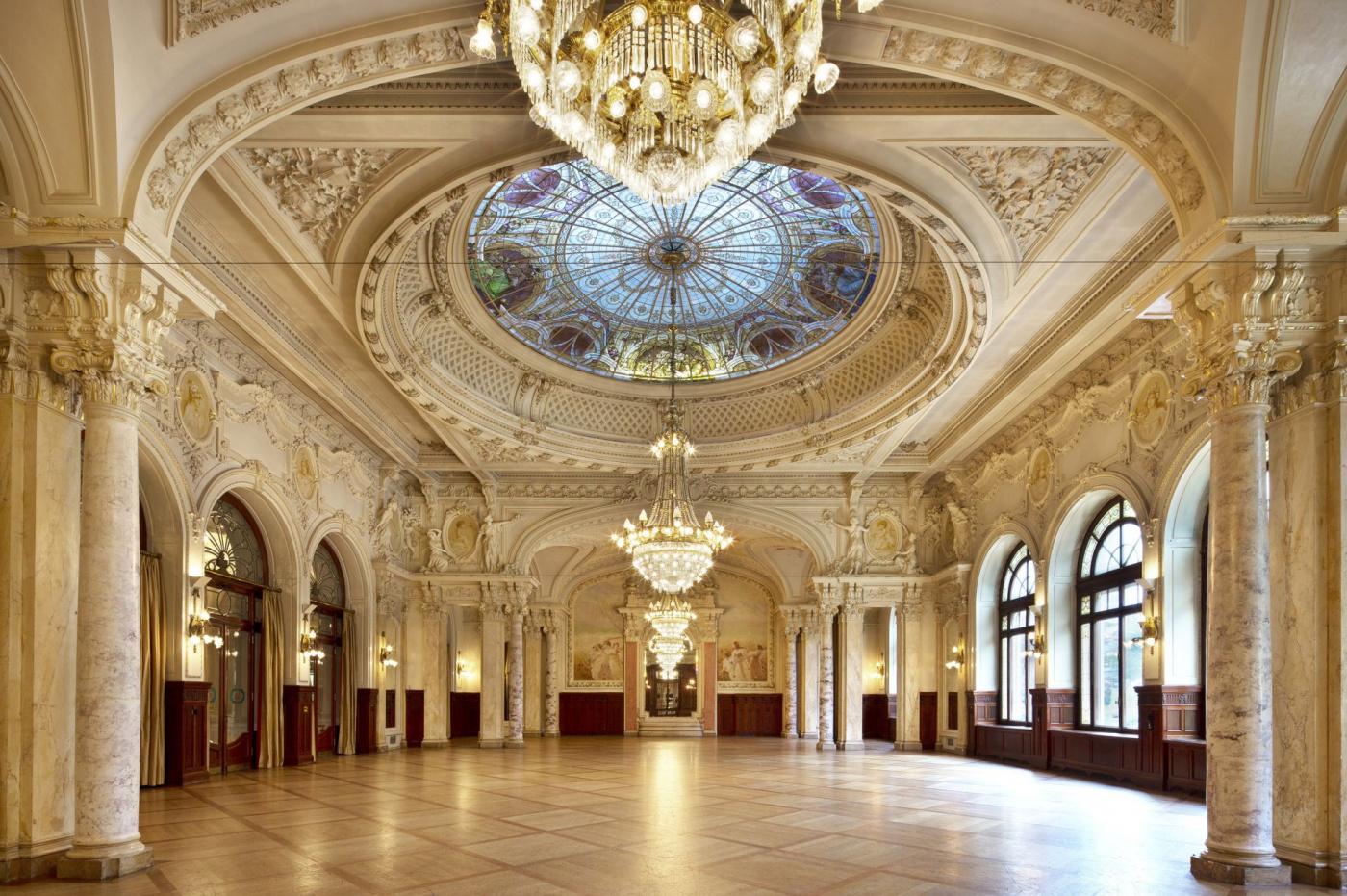 Big ballroom for luxury weddings in Lake Geneva